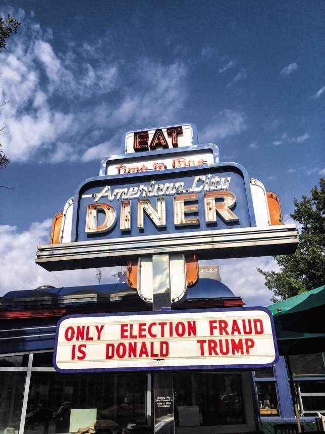 «La seule fraude de cette élection, c'est Donald Trump.» L'American City Diner affiche ses convictions politiques.