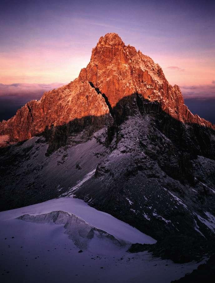 La pointe Lenana du mont Kenya, au lever du soleil, à 4 985 m d'altitude.