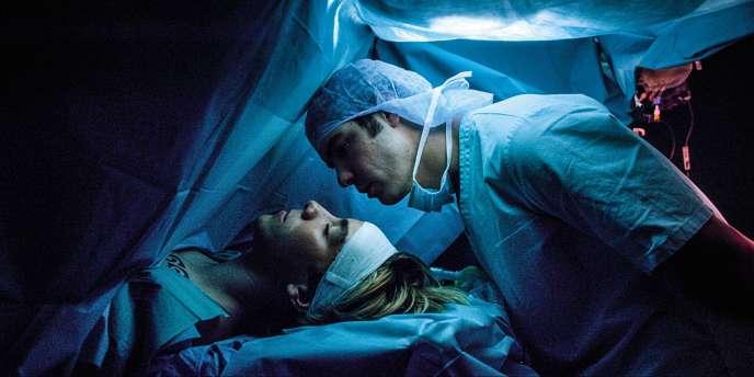 Tahar Rahim interprète le médecin au cœur du processus de transplantation.
