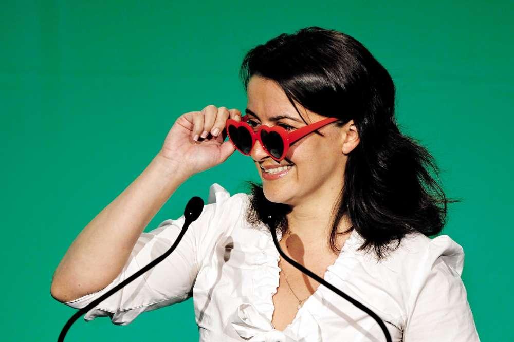 Deux ans plus tard, Cécile Duflot a posé pied à terre et sorti les mains de ses poches, histoire d'applaudir la victoire d'Eva Joly à la primaire écolo. Pour l'occasion, elle a même pris soin de chausser des lunettes aussi rouges que celles de la candidate d'origine norvégienne. Mais les siennes, en forme de cœur, ressemblent surtout à la paire que portait l'actrice Sue Lyon sur l'affiche du «Lolita» de Kubrick. Sans qu'il faille forcément y voir un message politique.