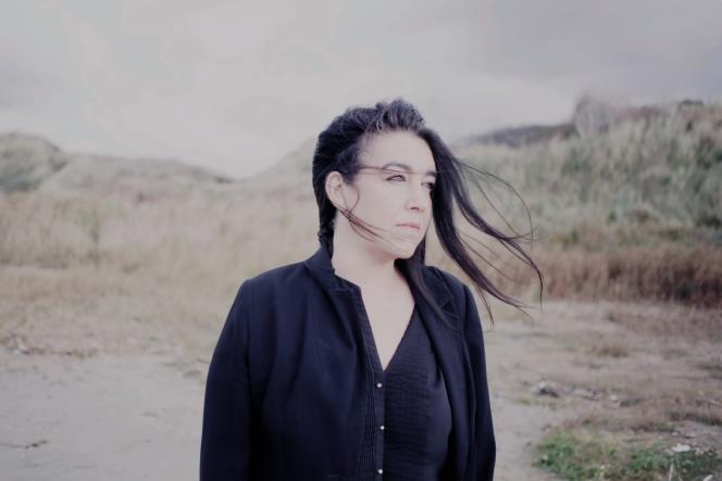 Béatrice, sur la plage de Dannes, le 19 octobre. Quatre mois plus tôt, son petit ami Moxtar, migrant iranien, embarquait ici pour la périlleuse traversée de la Manche.
