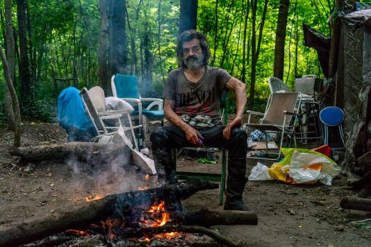 Aout 2016 - Karim, installé au bois de Vincennes depuis près d'un an : «Pourtant, il ne faudrait pas grand-chose pour améliorer notre vie, .Un petit espace pour être au chaud et au sec, des toilettes plutôt qu'aller derrière un arbre, des douches au lieu de se rendre à Paris, une expédition en hiver.»