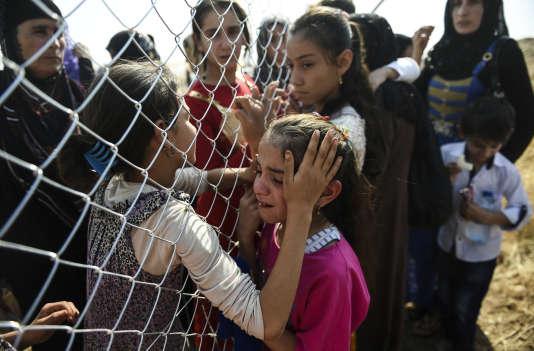 Des habitants de Mossoul ayant fui la ville retrouvent des membres de leur famille, réfugiés depuis deux ans dans le camp de Khazer, situé près ducheickpoint kurde d'Aksi Kalak, à 40 km à l'est d'Erbil, le 26 octobre.