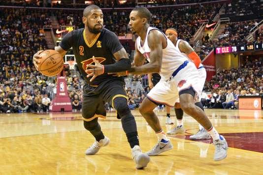 Kyrie Irving des Cleveland Cavaliers (à gauche) a marqué 29 points durant la rencontre de son équipe avec les Knicks de New York, le 25 octobre 2016.