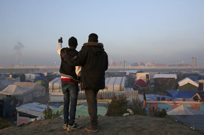 Migrants, lors du démantèlement du bidonville de Calais, le 25 octobre 2016.