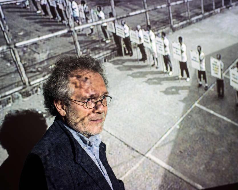 Le philosophe et historien de l'art est photographié, le 25 octobre, au Jeu de paume à Paris avec, en arrière plan, la vidéo de Chen Chieh-jen, «La Route (l'itinéraire)» (2006).