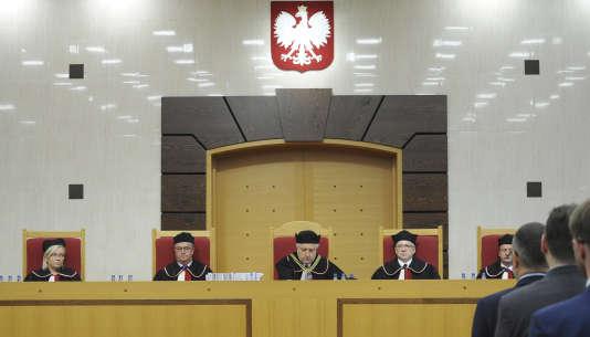 La Commission européenne, le Conseil de l'Europe et le Parlement européen ont plusieurs fois exprimé leurs préoccupations et exhorté le gouvernement polonais à revenir sur ses réformes du Tribunal constitutionnel.