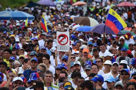 Des manifestants opposés à Nicolas Maduro, à Caracas, le 26 octobre.