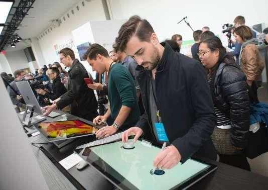 Session d'essai du nouveau PC Surface Studio de Microsoft, à New York, le 26 octobre.