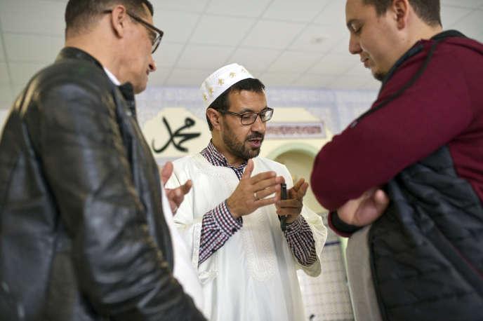 Après l'office du vendredi 21octobre, l'imam Abdallah Dliouah de la grande mosquée de Valence reçoit ses fidèles pour discuter.