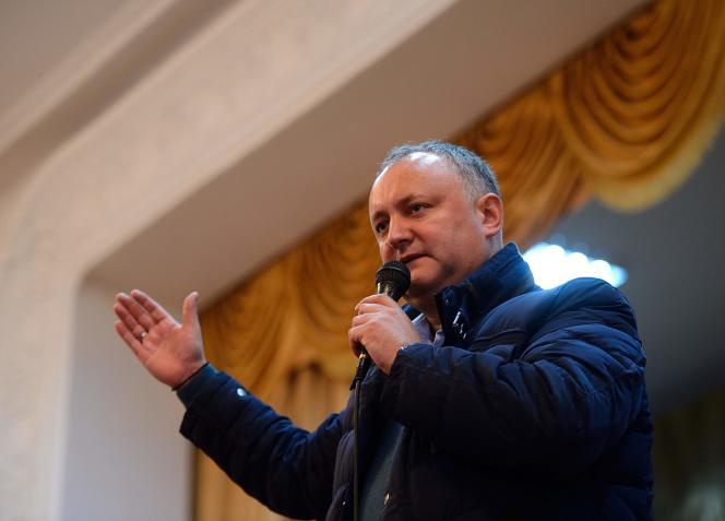 Le dirigeant du Parti des socialistes, Igor Dodon, s'exprime devant ses partisans pendant sa campagne à Drochia, le 25 octobre.