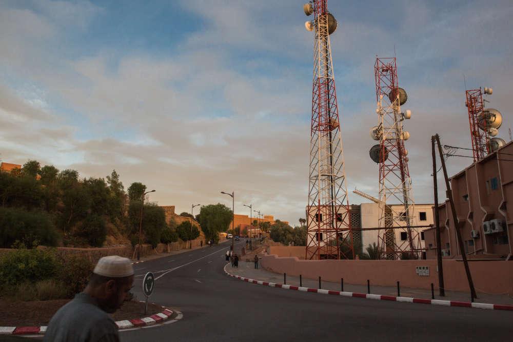 Depuis la Ville rouge, la route gagne, une quinzaine de kilomètres plus au nord, le site de la centrale solaire Noor 1, dont le nom signifie «lumière» en arabe.