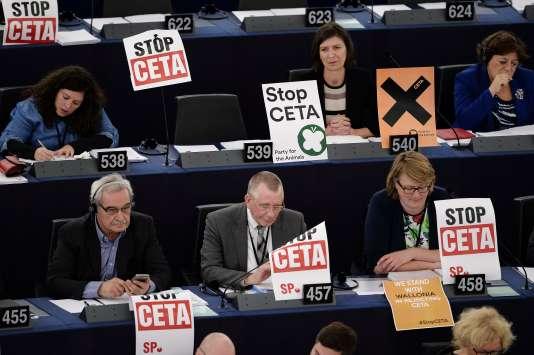 Lors de la session du 26octobre au Parlement européen, à Strasbourg, des eurodéputés ont affiché des pancartes «Stop CETA».