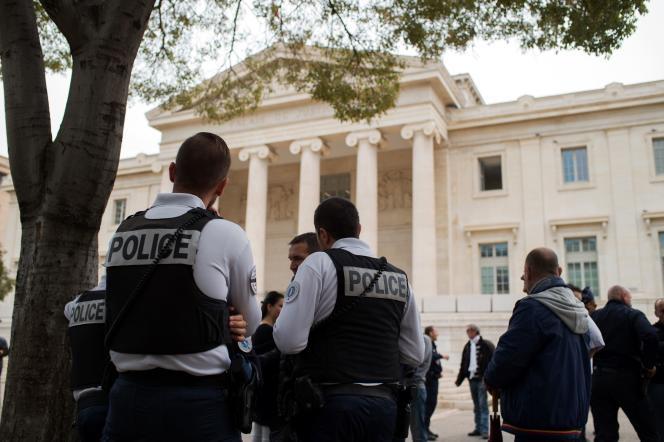 Des policiers manifestent devant le palais de justice de Marseille, le 25octobre.