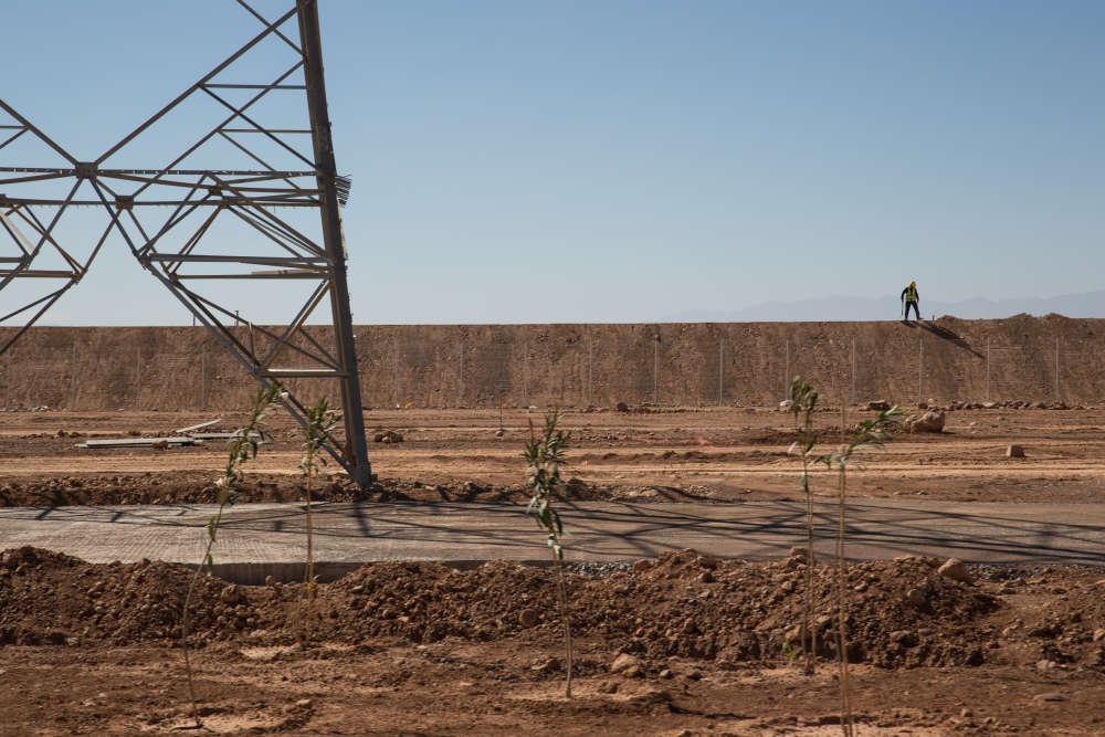 Au plus fort du chantier, la construction de Noor 1 a occupé 2 000 ouvriers. La centrale fournit aujourd'hui du travail à 200 employés, dont 40 % vivent dans la région de Ouarzazate, l'une des plus pauvres du Maroc.