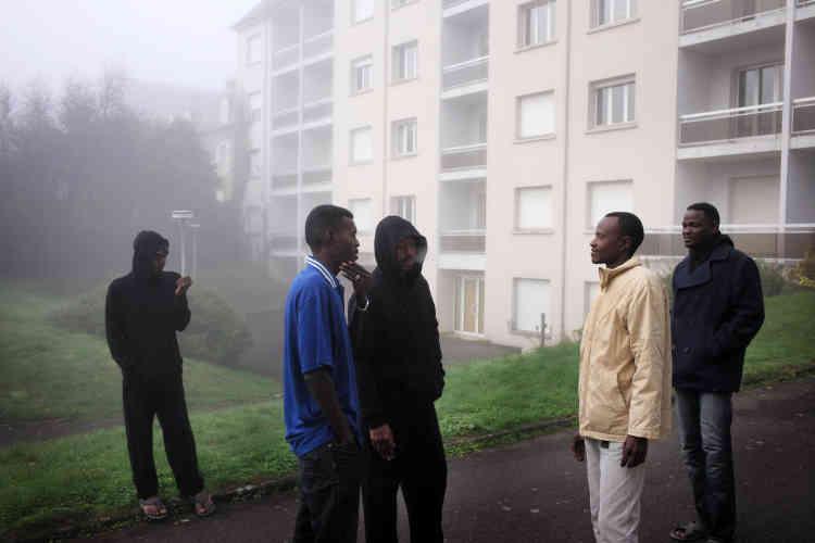 Des réfugiés soudanais se promènent dans la brume matinale devant le centre d'accueil et d'orientation (CAO) de Cancale.
