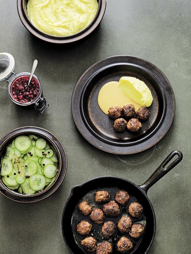 Boulettes de viande avec purée de pommes de terre, airelles et concombres.