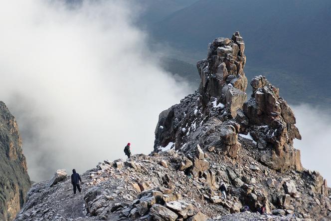 En contrebas de la pointe Lenana, surplombant une zone d'éboulis, un éperon rocheux émerge à l'heure de la descente.