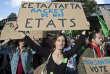 «Mais que fait donc l'Europe face à l'hégémonie croissante du droit américain sur les entreprises du monde entier ? Rien !» (Photo: une manifestante défile contre les accords commerciaux entre l'Union européenne, les Etats-Unis et le Canada,à Paris le 15 octobre).