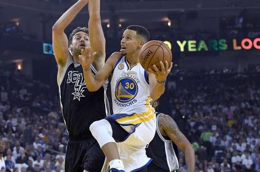 Une nouvelle saison commence pour Stephen Curry, double MVP (meilleur joueur) de la NBA en titre.