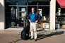 Lorsqu'il est en tournée, Serge Joncour visite trois ou quatre villes par semaine, pendant quatre mois. Période qu'il alterne avecdix-huit mois d'écriture.