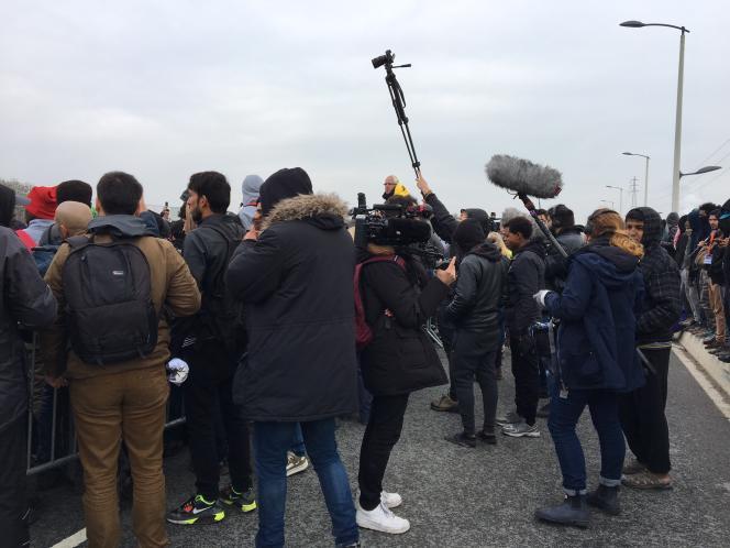 Début des opérations de démantèlement de la jungle à Calais lundi sous le regard des journalistes du monde entier.