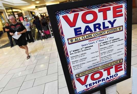 Un bureau propose aux électeurs de voter par anticipation, le 24 octobre dans un centre commercial deLas Vegas (Nevada).