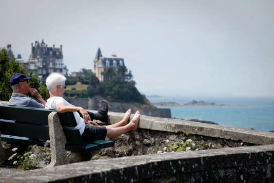 «En 2030, 30 % de la population française sera âgée de plus de 60 ans » (Photo: côte de Dinard, bord de mer. Couple de promeneurs seniors en 2010).