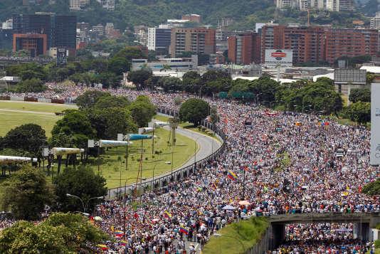 Plusieurs centaines de milliers de personnes ont manifesté à Caracas, le 26 octobre.