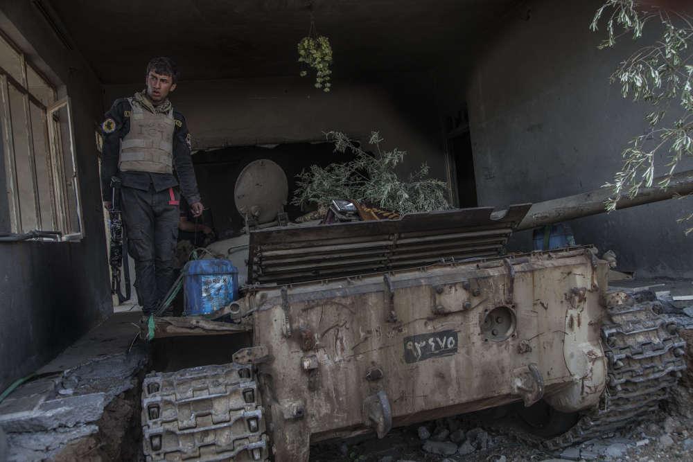 Les défenses de l'EI à Mouaskar Jenine donnent un avant-goût de ce qui attend les forces irakiennes à Mossoul. Entre le fief djihadiste et la Division d'or, il reste la petite ville de Bazwaya et le faubourg de Gagjali. Les mortiers et les tanks Abrams pilonnent depuis deux jours les positions d'où une poignée de combattants les harcèlent à Bazwaya. La ville semble avoir été désertée. La division d'élite n'attend plus que l'ordre d'attaque.