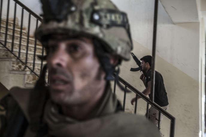 Fouille et recherche des bâtiments administratifs et des habitations piégées par l'EI, dans le faubourg de Bazwayah, le 25 octobre.
