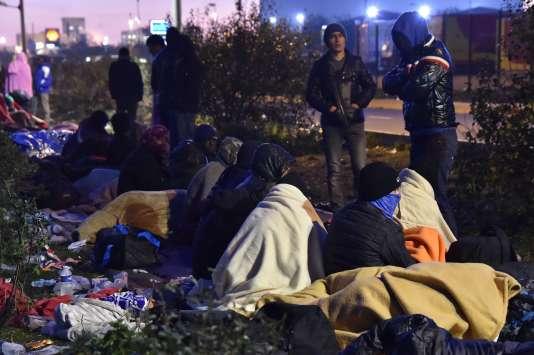Des migrants ont passé la nuit dehors après l'annonce de la fin du démantèlement de la« jungle» de Calais.