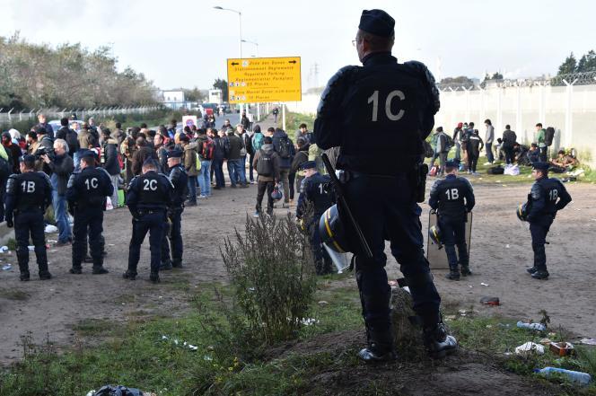 Intervention des forces de l'ordre pour évacuer les campements de Calais, le 27 octobre 2016.