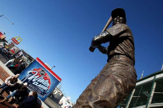 Une statue à l'effigie d'Ernie Banks, le premier joueur noir de l'histoire des Cubs de Chicago.