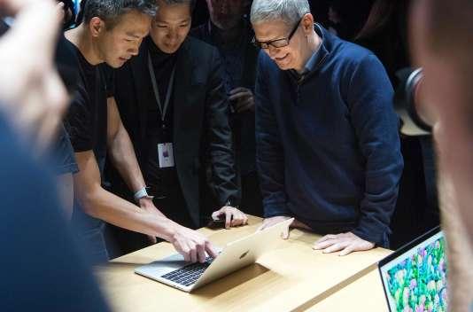 Le PDG d'Apple Tim Cook lors de la présentation des nouveaux ordinateurs portables de l'entreprise, le 27 octobre.