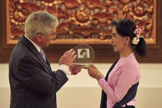 La conseillère d'Etat Aung San Suu Kyi reçoit le prix humanitaire Helen Keller des mains du président de l'organisation Helen Keller International Europe, Howard Cohn, le 27 octobre 2016 à Naypyidaw.