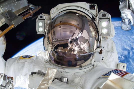 L'astronaute américain Terry Virts en sortie extra-véhiculaire de la station spatiale internationale, le 1ermars 2015.