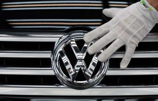 Le logo Volkswagen sur une voiture du modèle Phaeton, à Dresde (Allemagne), le23octobre.