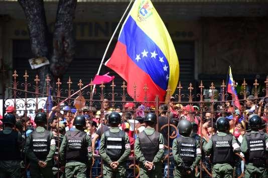 Manifestation d'opposants à Maduro devant l'assemblée à Caracas jeudi 27 octobre.