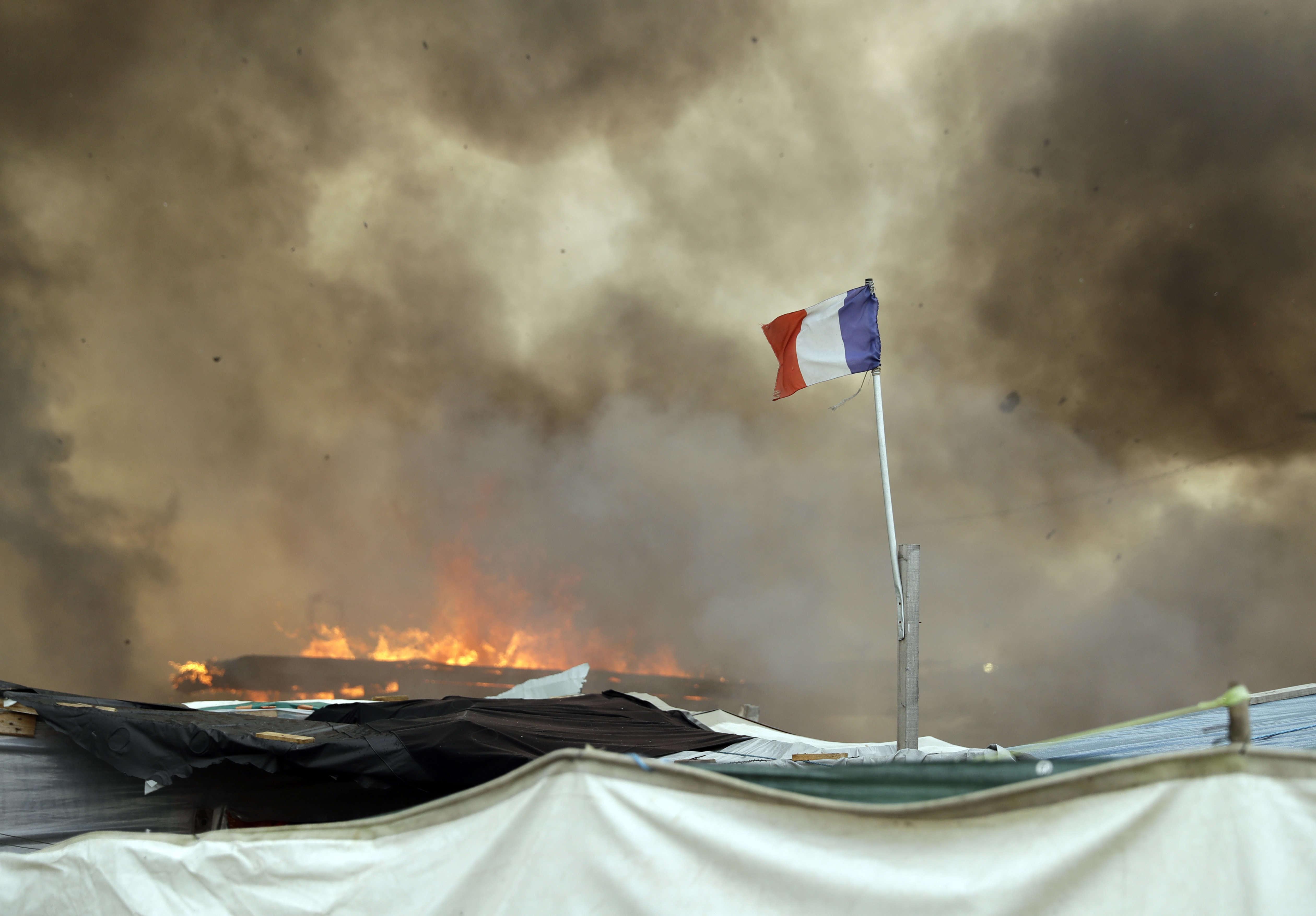 """«C'est vraiment aujourd'hui la fin de la """"jungle"""", il n'y a plus personne sur le camp», a répété, mercredi 26 octobre, le soir, la préfète du Pas-de-Calais, Fabienne Buccio. «Notre mission est remplie [et] une page se tourn» pour ces migrants qui «vont pouvoir commencer une nouvelle vie» en France, avait-elle dit quelques heures plus tôt."""