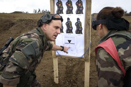 Le sergent instructeur avec l'une des réservistes.