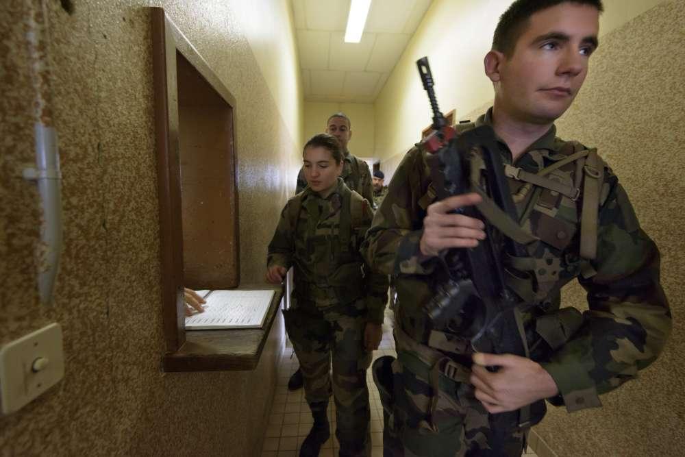 Les réservistes réceptionnent leur Famas à l'armurerie avant d'entamer leur entraînement.