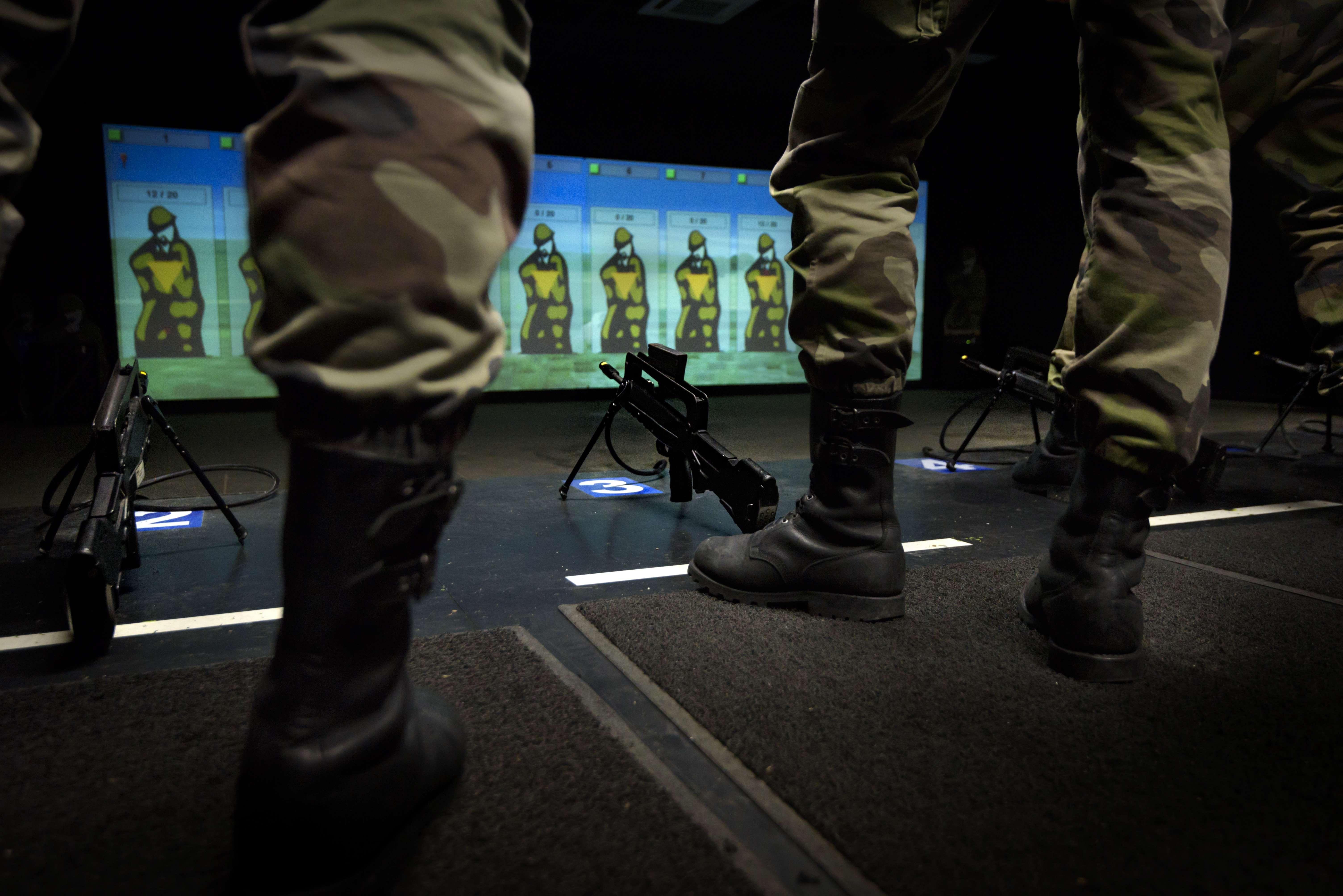 Dans la salle de simulation de tirs.