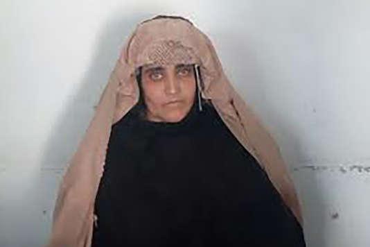 Sharbat Gula, aussi connue comme Sharbat Bibi, avant d'apparaître dans une tribunal de Peshawar.