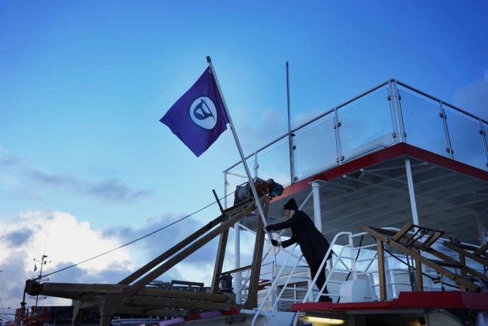Sara Oskarsson monte le drapeau du parti pirate sur le bateau choisi pour bureau de campagne. Le 27octobre Reyjkjavik, Islande.