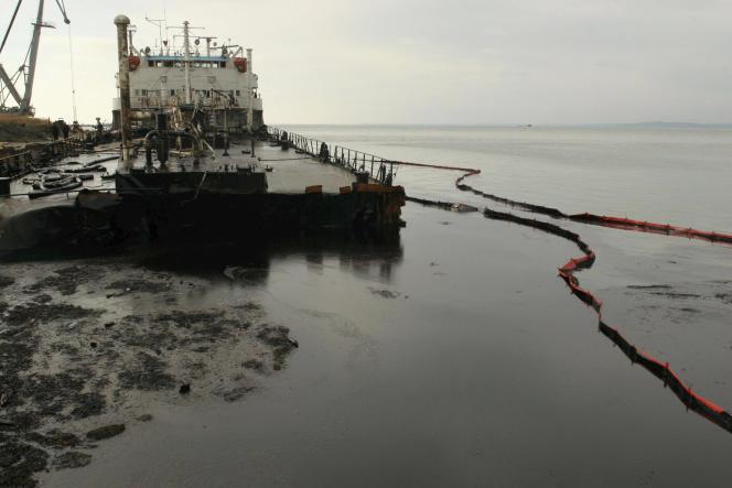 Un bateau brisé par une tempête répand son carburant dans le port de Kavkaz (Russie), en novembre 2007.