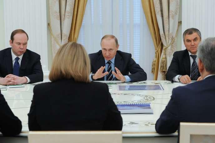 Vladimir Poutine, entouré du responsable de l'administration présidentielle, Anton Vaïno (à gauche), et de Viatcheslav Volodine, nouveau président de la Douma,au Kremlin, le 23 septembre 2016.