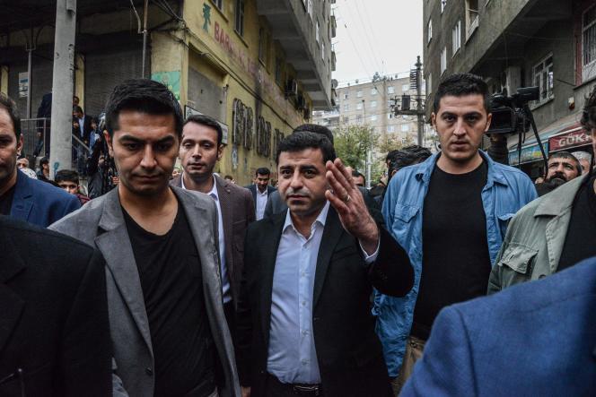 Le coprésident du Parti démocratique des peuples (HDP), Selahattin Demirtas, à Diyarbakir, le28octobre. Dans la nuit du 3 au 4 novembre, il a été arrêté et placé en garde à vue. Un sort qu'ont connu plusieurs autres députés de sa formation politique.