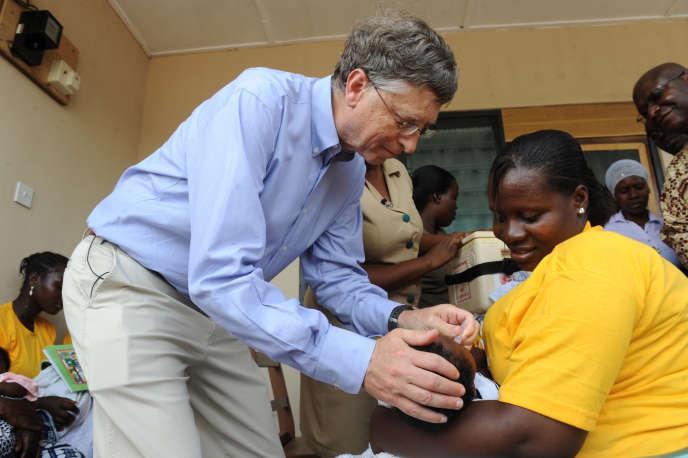 Quand l'homme le plus riche de la planète, Bill Gates, administre un vaccin à un enfant, au Ghana, en 2013. La fondation Bill & Melinda Gates oeuvre dans l'achat et la distribution de vaccins à grande échelle.