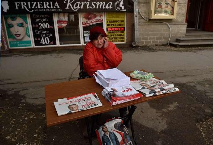 Une militante du candidat prorusse, leader du Parti des socialistes, Igor Dodon, à Chisinau, le 28 octobre.